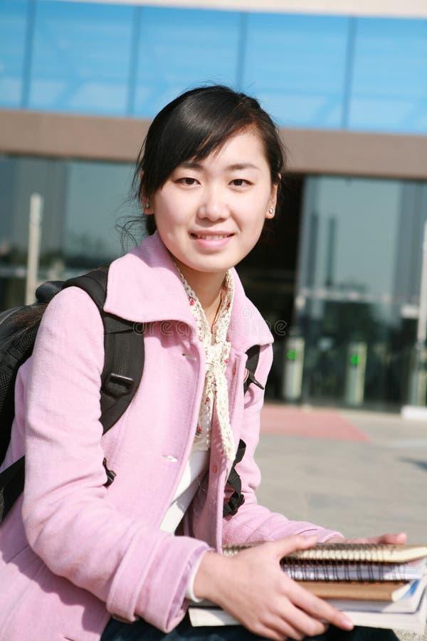 l'asiatico prenota i giovani della holding della ragazza immagine stock libera da diritti