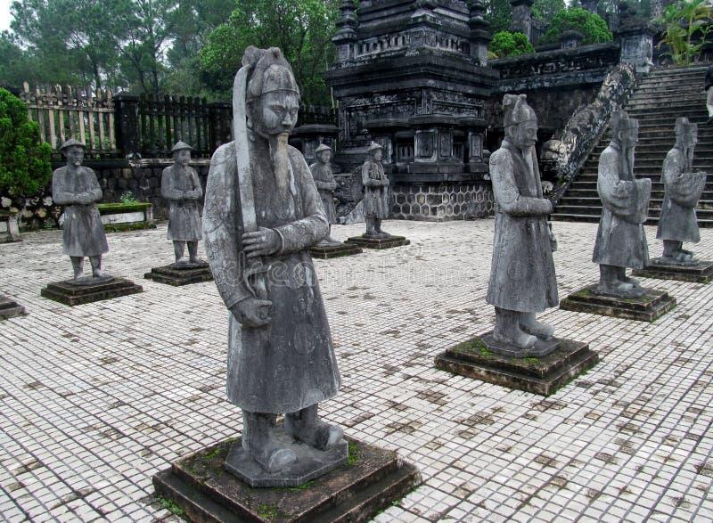 L'Asiatique garde des statues images stock