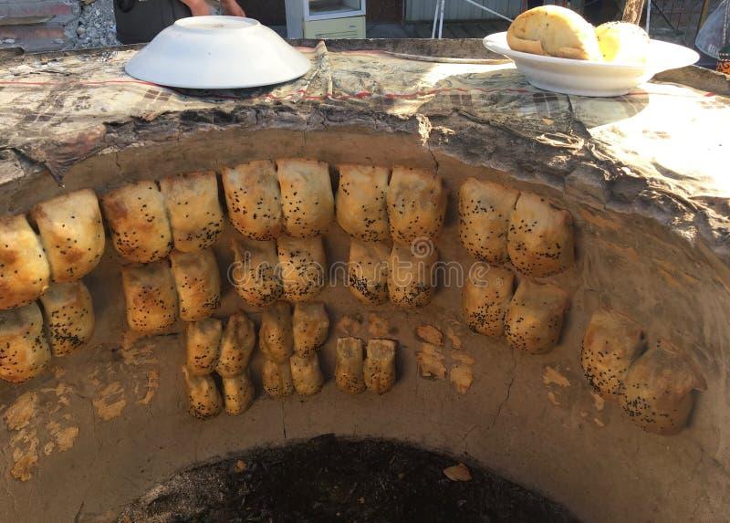 L'Asie centrale, l'Ouzbékistan, nourriture de rue, pain avec le remplissage savoureux, samsa images stock