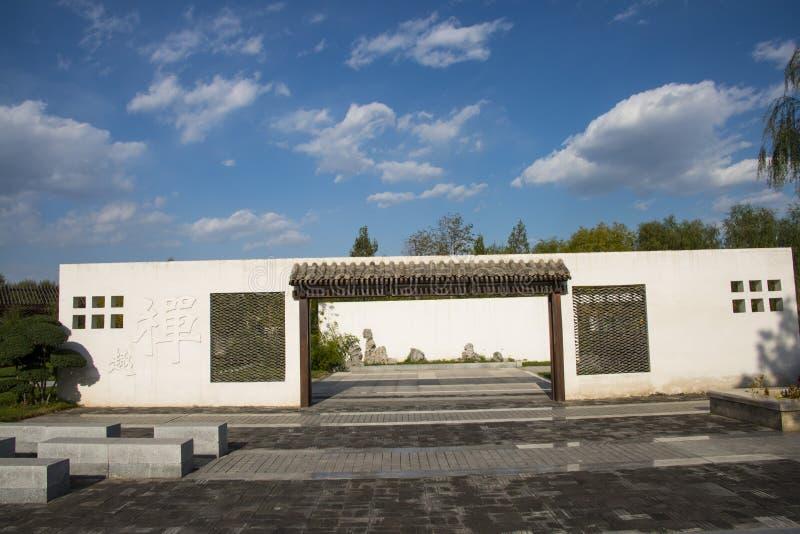 L'Asie Chine, Pékin, expo de jardin, architecture de paysage, mur blanc, tuiles grises, fenêtre de fleur photographie stock libre de droits