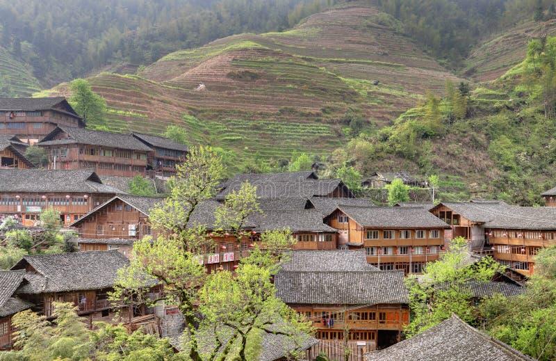 L'Asie, Chine rurale, maison d'agriculteurs sur le fond des terrasses de riz. images stock