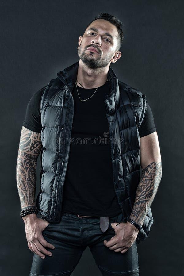 L'aspect hispanique non rasé brutal d'homme a tatoué des bras Homme barbu posant avec des tatouages Macho strict brutal avec des  images libres de droits
