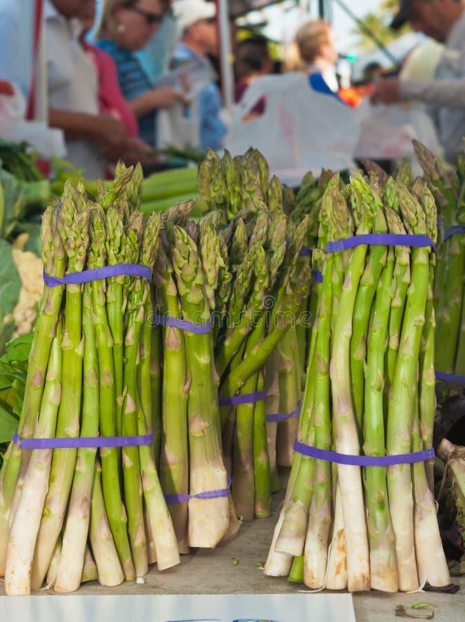 L'asperge se rassemble en vente au marché tropical d'agriculteurs photos stock