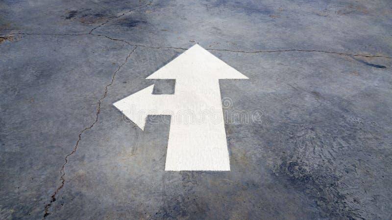 L'asphalte de route, les lignes blanches et la flèche signent photos stock