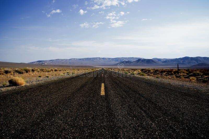 L'asphalte noir s'étend dans l'horizon photo libre de droits