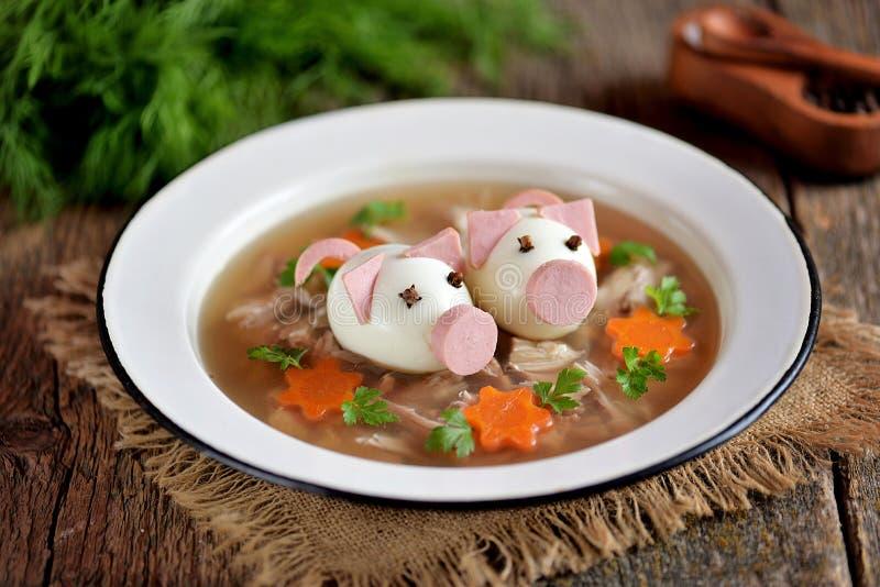 L'aspic avec de la viande, gelée de porc est un plat russe traditionnel de fête décoré des oeufs à la coque sous forme de porcs m photo stock