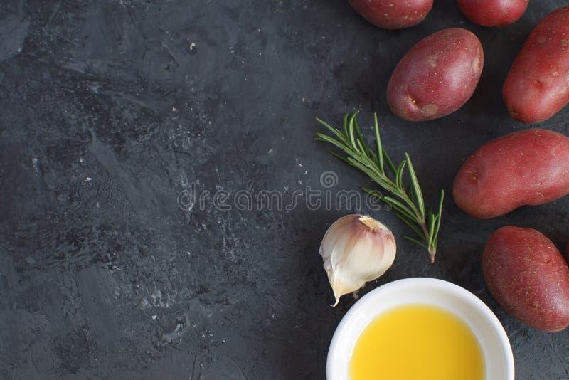L'assaisonnement à l'ail de préparation de poivre de branche de Rosemary de plat de porcelaine d'huile d'olive épice la pomme de  photo libre de droits