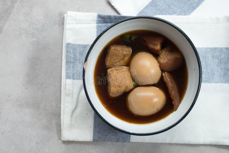 L'assaisonnement avec des épices et les oeufs sont ingrédient principal dans le lo appelé thaïlandais de PA photos stock