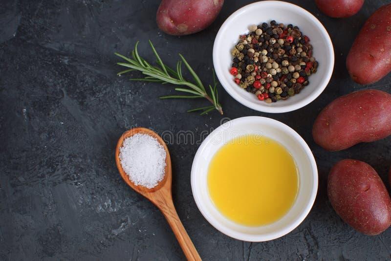 L'assaisonnement de poivre de piment de préparation de poivre de branche de Rosemary de plat de porcelaine d'huile d'olive épice  photographie stock