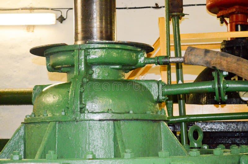 L'asse in una ventola enorme della pompa ad una raffineria di petrolio fotografia stock