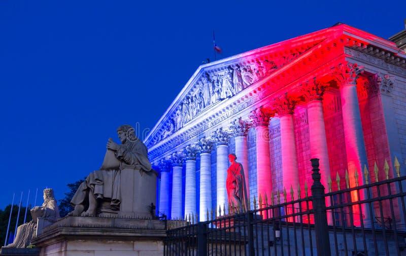 L'Assemblée nationale française s'est allumée avec des couleurs de drapeau national français, Paris photographie stock libre de droits