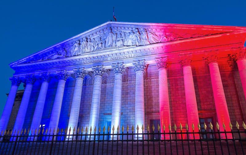 L'Assemblée nationale française s'est allumée avec des couleurs de drapeau national français, Paris image stock