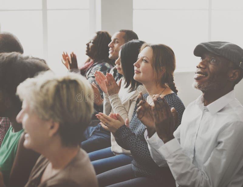 L'assistance applaudissent le concept de applaudissement de formation d'appréciation de bonheur image libre de droits