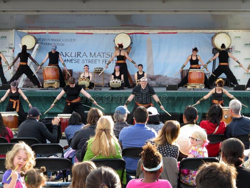 L'assistance apprécie le groupe de musique de tambour images libres de droits
