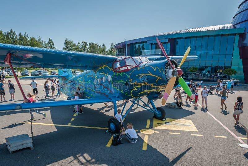 L'assistance découvrent l'avion photos libres de droits