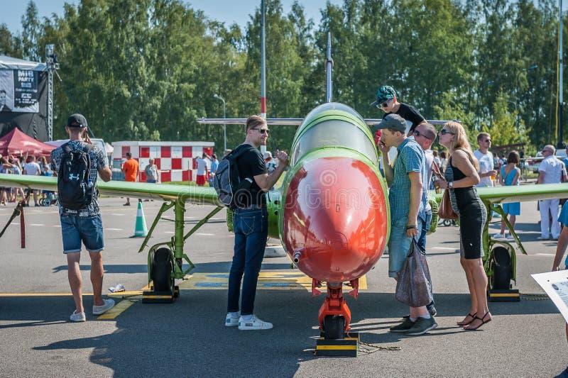 L'assistance découvrent l'avion photographie stock