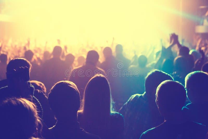 L'assistance observant le concert sur l'étape image libre de droits