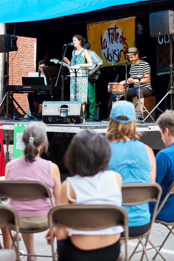 L'assistance observe un concert local de jazz-band sur une étape extérieure photographie stock libre de droits