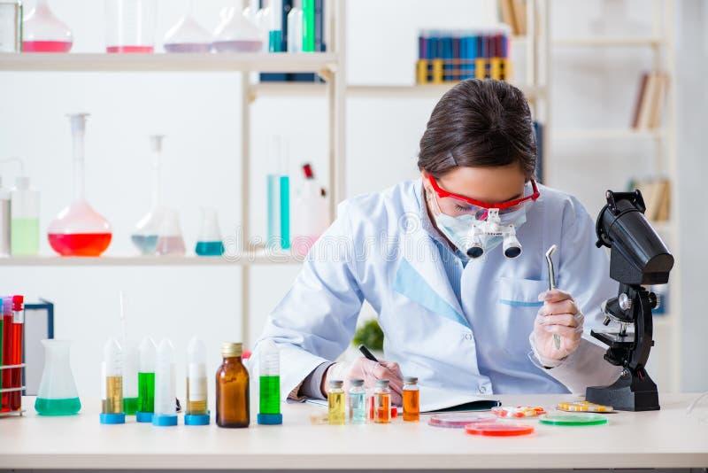 Download L'assistente Di Laboratorio Nel Concetto Di Sintesi Della Droga Fotografia Stock - Immagine di analizzare, sviluppo: 117977296
