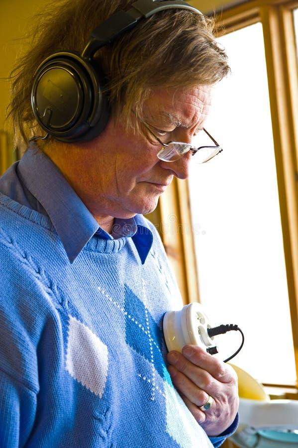 L'assistente tecnico elettronico collauda uno stetoscopio. fotografia stock libera da diritti