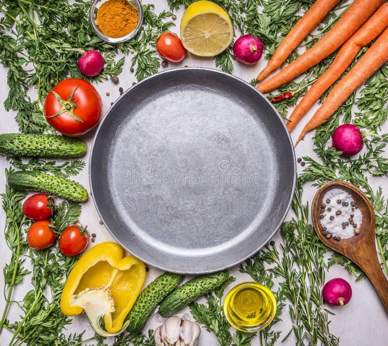L'assortiment délicieux des légumes frais de ferme, concombres, poivrons, citron, tomates-cerises, huile, cuillère de sel s'est é photographie stock