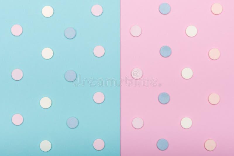L'assortiment de diverses pilules colorées d'isolement sur le pastel bleu a coloré le fond Médicament et configuration d'appartem photographie stock libre de droits