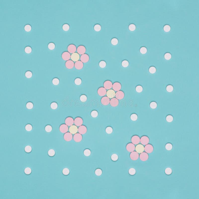 L'assortiment de diverses pilules colorées d'isolement sur le pastel bleu a coloré le fond Pilules de médicament et de prescripti images stock