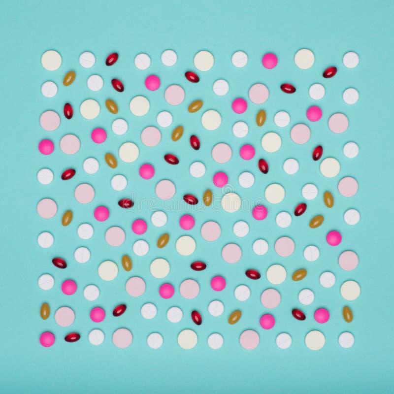 L'assortiment de diverses pilules colorées d'isolement sur le pastel bleu a coloré le fond Pilules de médicament et de prescripti photos libres de droits