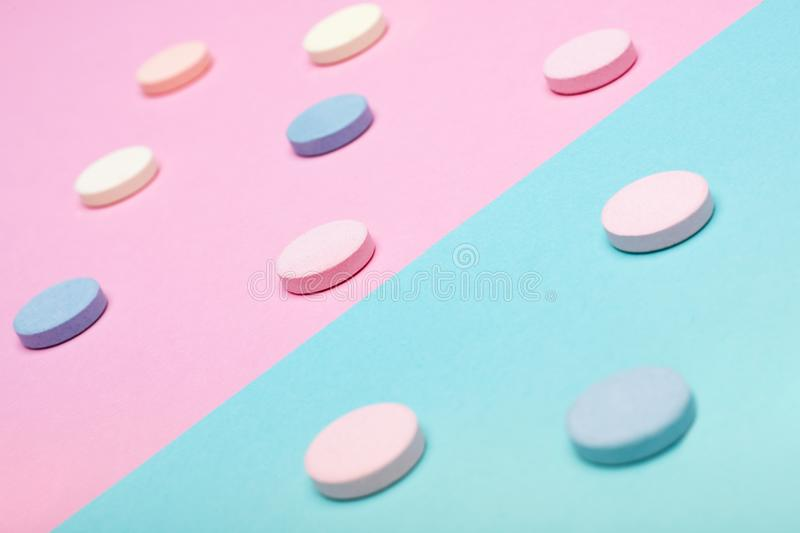 L'assortiment de diverses pilules colorées sur le pastel a coloré le fond Pilules de médicament et de prescription image stock