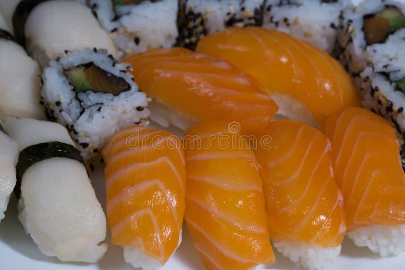 L'assortiment des sushi frais, sushi avec des saumons, blennie, roule photos libres de droits