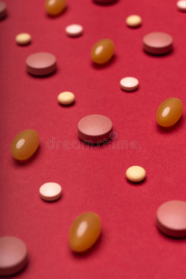 L'assortiment du divers rouge coloré de pilules a coloré le fond Pilules de médicament et de prescription photos stock