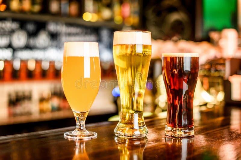 L'assortimento della birra in pub fotografie stock