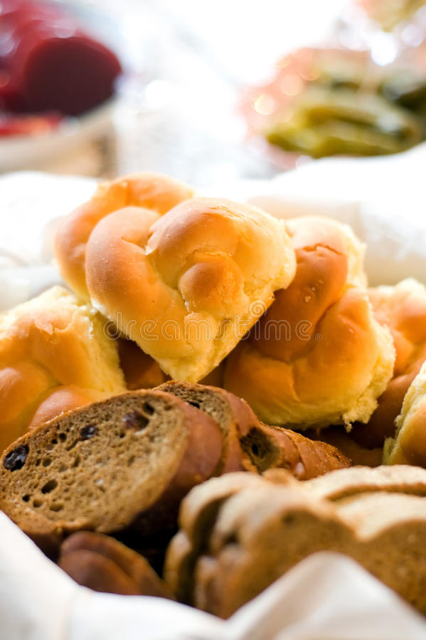 L'assortimento di pane e di panini è servito in un cestino immagine stock libera da diritti