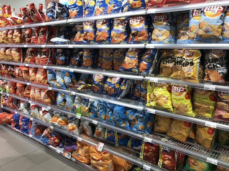 L'assortimento di ` posto s scheggia le borse su esposizione ad uno scaffale del supermercato fotografia stock libera da diritti