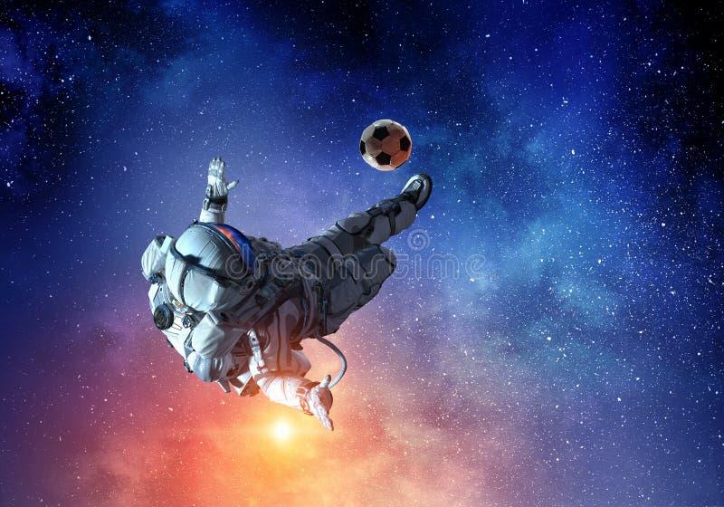 L'astronauta gioca a calcio il gioco fotografie stock libere da diritti