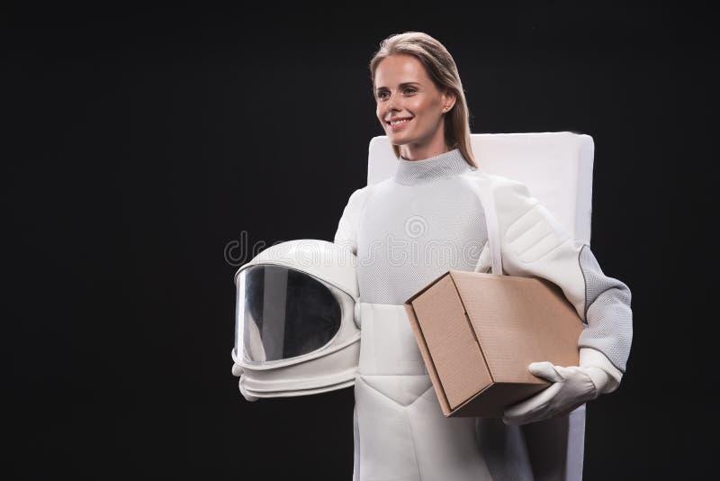 L'astronaute gaie de femme porte ses choses photographie stock libre de droits