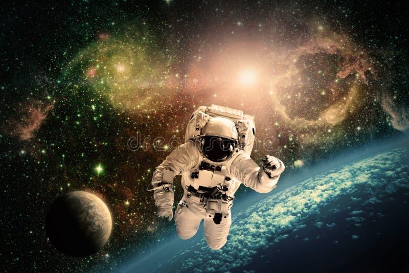 L'astronaute vole au-dessus de la terre dans l'espace image libre de droits