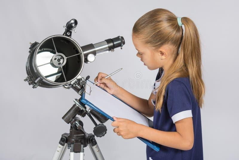 L'astronomo scrive le osservazioni immagini stock libere da diritti