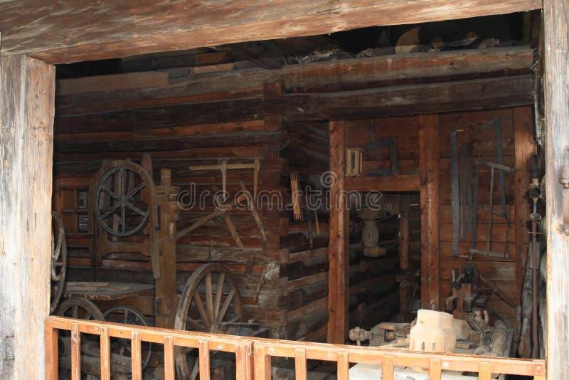 L'atelier de Wheelwrightavec des outils et des roues photographie stock