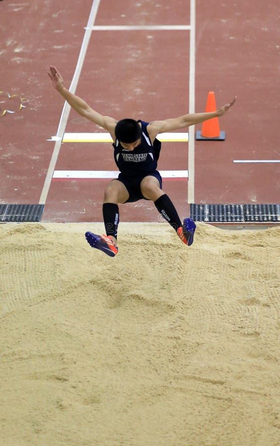 L'athlète concurrencent dans le long saut photo stock