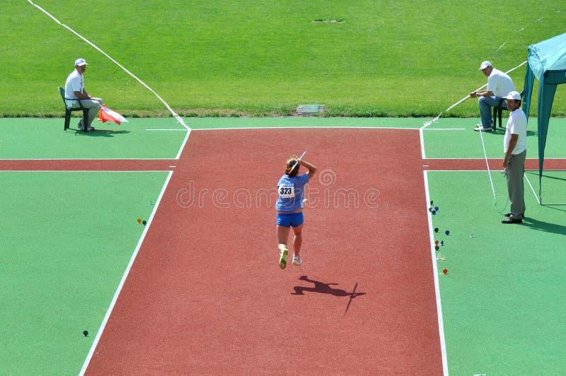 L'athlète court avec une lance images libres de droits