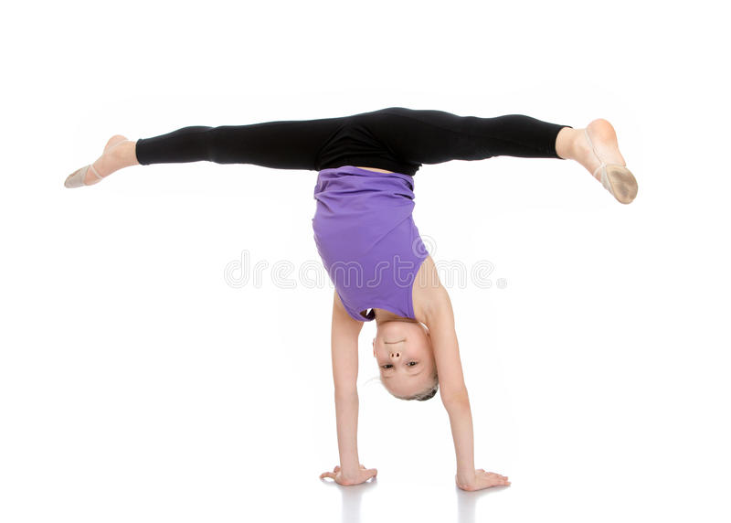 L'athlète de fille est sur ses mains et faire images stock