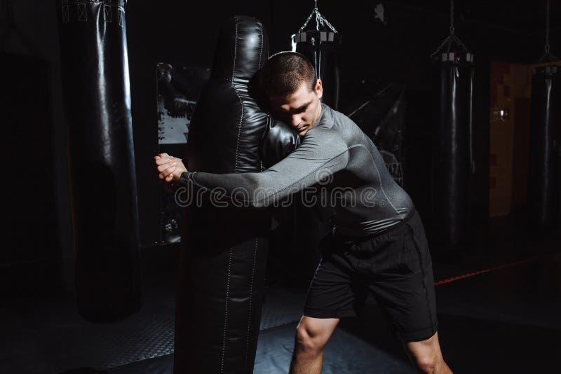L'athlète fait le jet du simulacre, la formation du lutteur, le gymnase pour combattre photo libre de droits