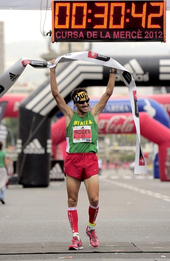 L'athlète Roger Roca gagne La Cursa de la Merce photographie stock libre de droits