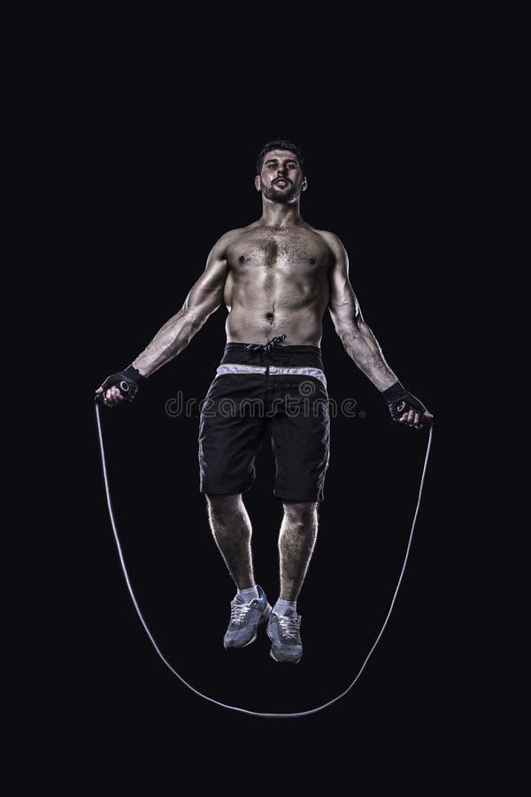 L'athlète sautant sur la corde à sauter d'isolement images libres de droits