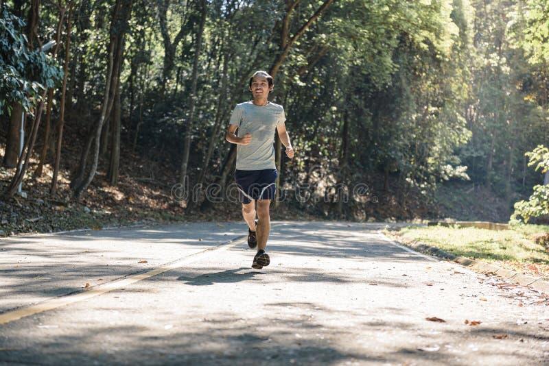 L'atleta del corridore del giovane che corre sul ha guidato, in parco fotografia stock
