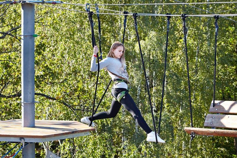L'atleta della ragazza esegue una corsa ad ostacoli fotografie stock libere da diritti