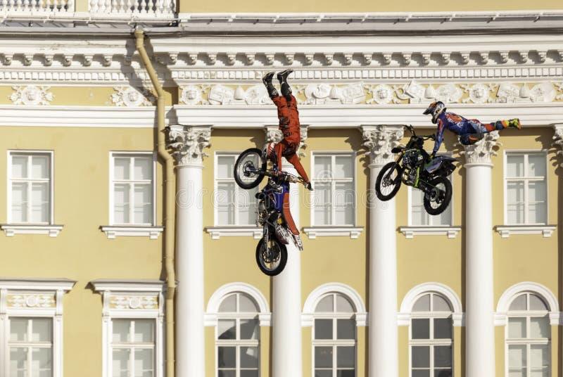 L'atleta esegue un salto pericoloso sulla bici immagini stock libere da diritti