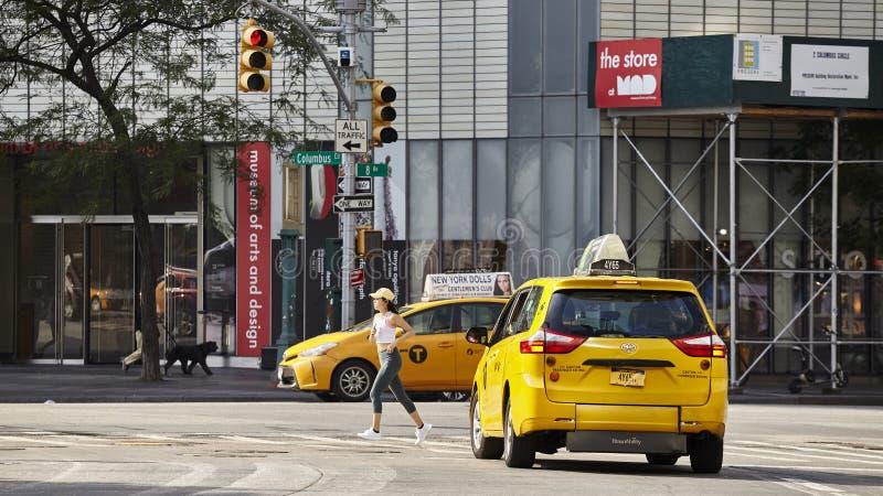L'atleta femminile funziona attraverso il passaggio pedonale a Columbus Circle su una mattina dell'estate fotografia stock libera da diritti