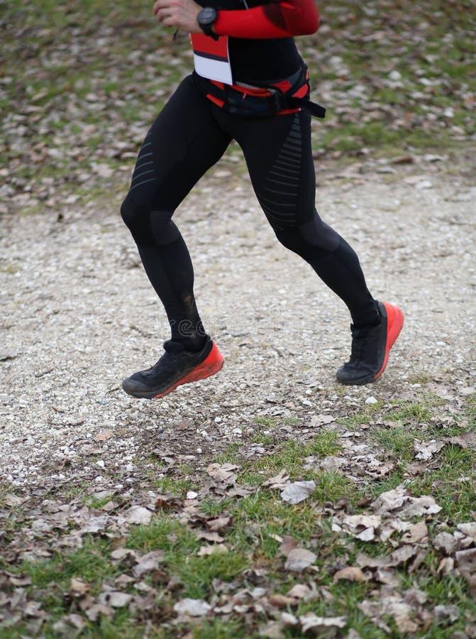 L'atleta funziona durante la corsa di triathlon con gli abiti sportivi neri fotografia stock libera da diritti